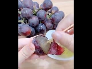 интересный способ очистить виноград ()