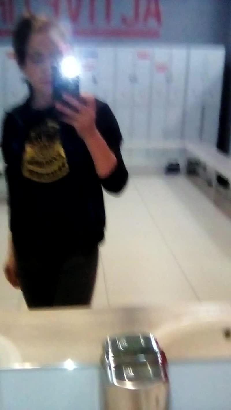 поменяла немного спорт форму нашла и постирала футболку с единорогами какими то корона там ,надписи ,звери дикие ,коррче масонск
