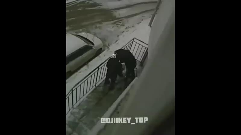 Пьяная возня на крыльце Якутск