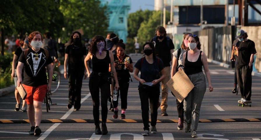 Буйной афроамериканке дали отпор в русскоязычном районе Нью-Йорка. Видео