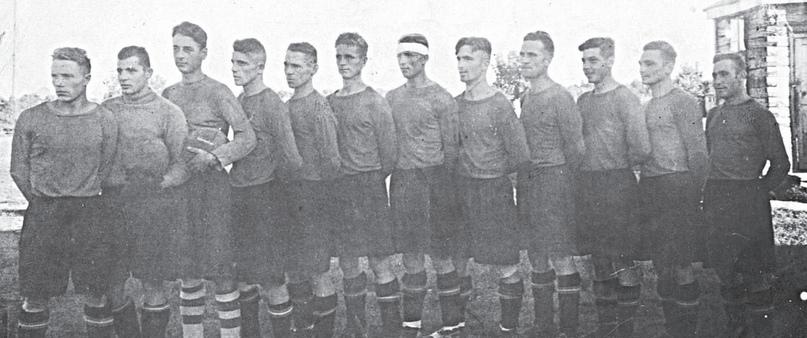 Команда в/ч «Кузнечики» 1949 года, Грауль стоит второй справа.