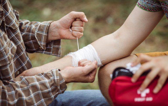 Минимальная аптечка может понадобиться даже на шашлыках в соседнем лесу