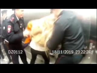 Hofmannita устроила потасовку с полицейскими в аэропорту Рифмы и Панчи