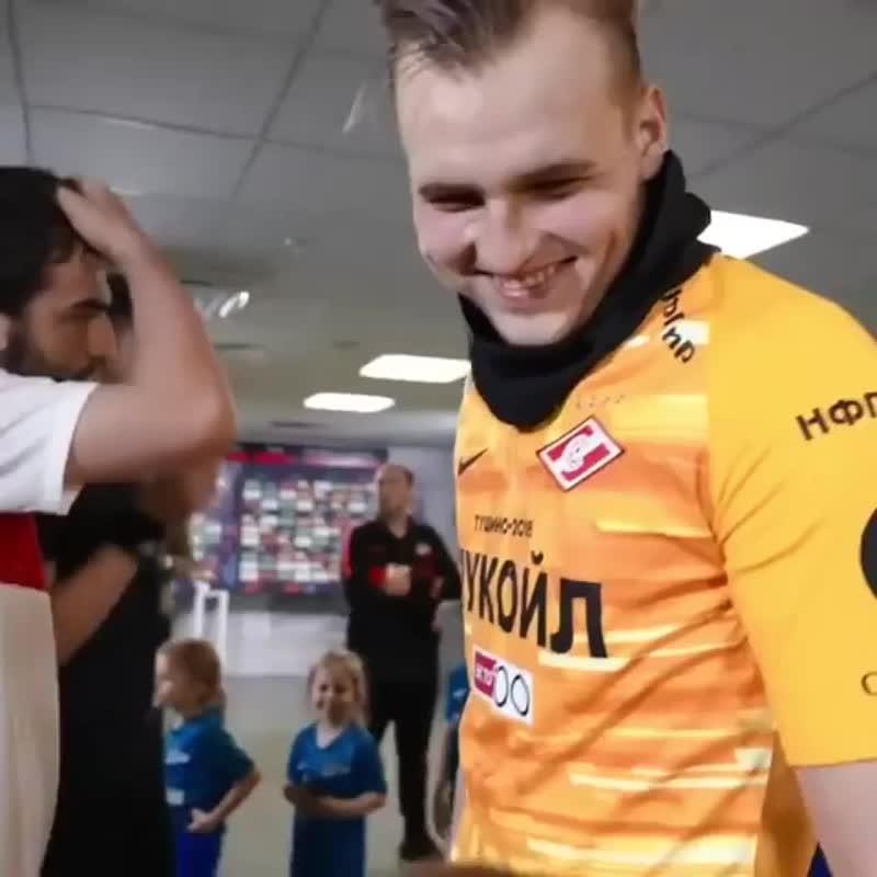 Мальчик в футболке «Зенита» посоветовал вратарю «Спартака», как справиться с ударом Дзюбы: