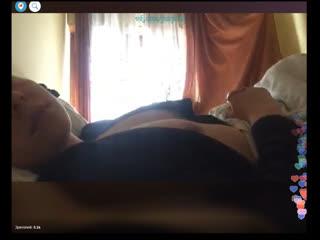 Сексуальная девушка приоткрывает халатик и светит голой грудью. Periscope. Перископ