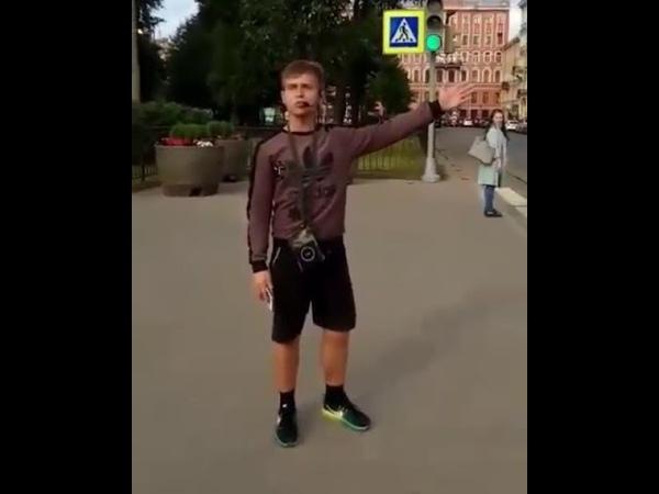 На улице в Петербурге парень зачитал рэп рекламируя продуктовый магазин