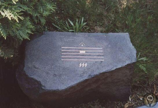 Камень на могиле композитора Альфреда Шнитке.