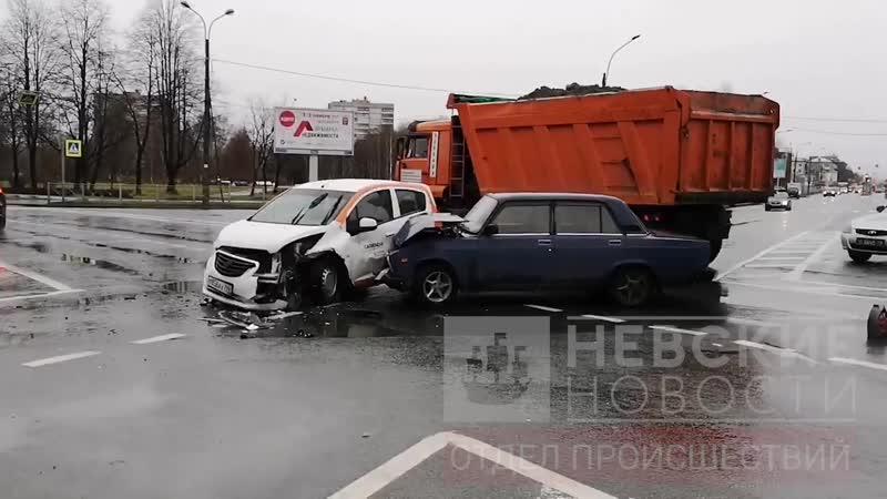 Появились кадры ДТП с каршеринговым авто на перекрестке Пискаревского и Революции