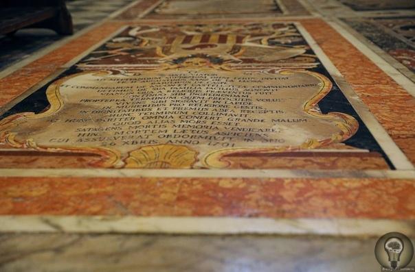 Пол собора Святого Иоанна в Валлетте, Мальта настоящее сокровище. Плиты, которыми он выложен, закрыты коврами, защищающими от следов обуви многочисленных туристов. Это могильные плиты элиты