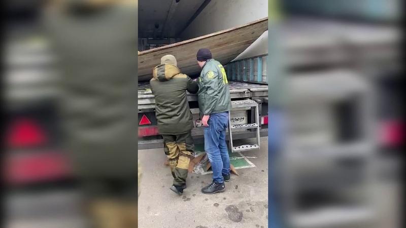 Бензопилою та болгаркою прикордонники вирізали із причепа 27 тисяч пачок сигарет