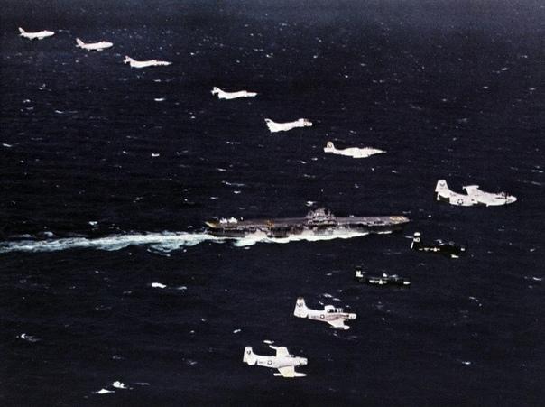 """Пролёт 2-й авианосной авиагруппы ВМС США над авианосцем """"Шангри-Ла"""" в тихом океане в ноябре 1957 г"""