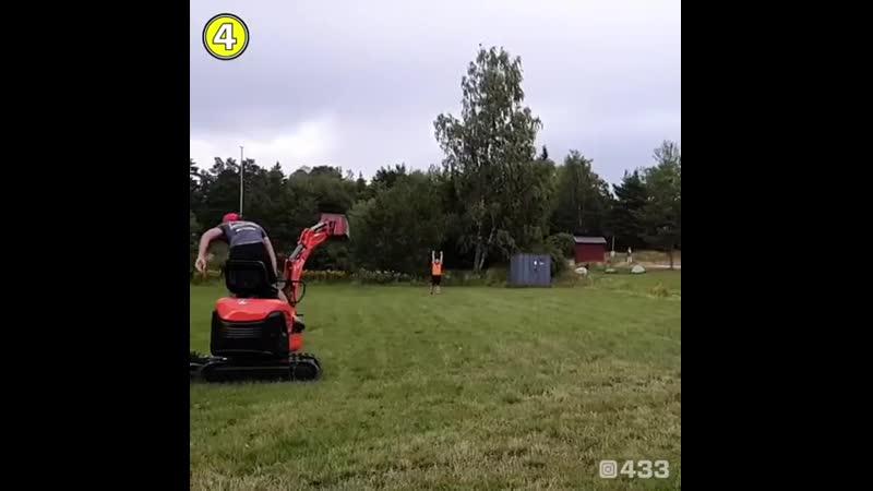 Экскаватор замыкает подачу с фланга