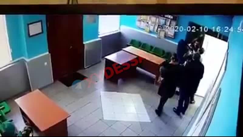 Отвесил пендаля чиновнику