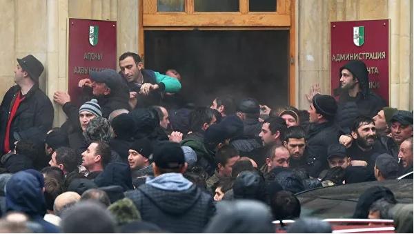 Абхазская оппозиция заблокировала здание администрации президента