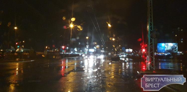 Непогода бушует над Брестом: ветер, дождь, но относительно тепло
