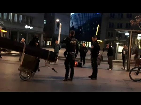 Sven Liebich Bringt Eure Toten raus Ankunft der Polizei auf dem Markt