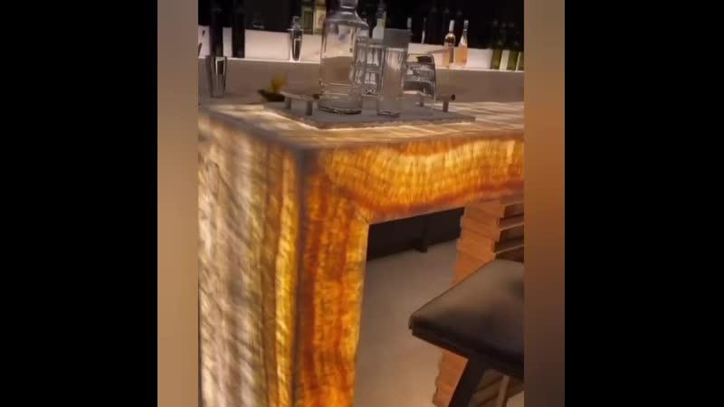 Домашний бар в доме великолепное сочетание благородного дерева с золотым ониксом
