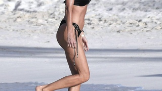 Victoria Silvstedt Sexy Ass Bikini Cleavage