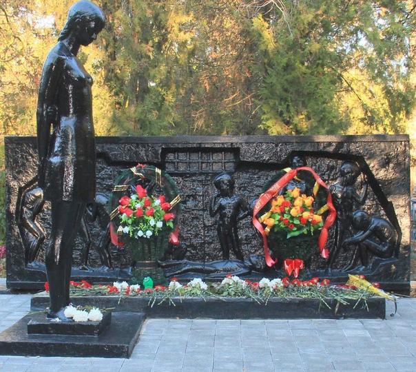 Газенваген для детдомовцев. Ейск (Краснодарский край, СССР), 9-10 октября 1942 года. В 1941-м, когда боевые действия приближались к Симферополю, из местного детдома эвакуировали 270 детей и