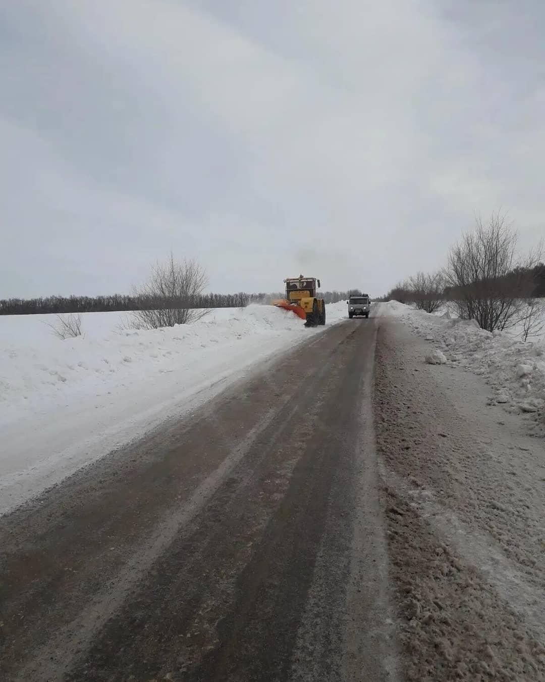 В Петровском районе в плановом режиме проводится расчистка дорог регионального и межмуниципального значения