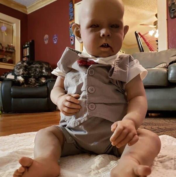 Женщина из США стала известна тем, что имеет необычный талант делать страшных и реалистичных кукол Через некоторое время женщина начала зарабатывать на своём хобби.Но россиянки не одобрили ее