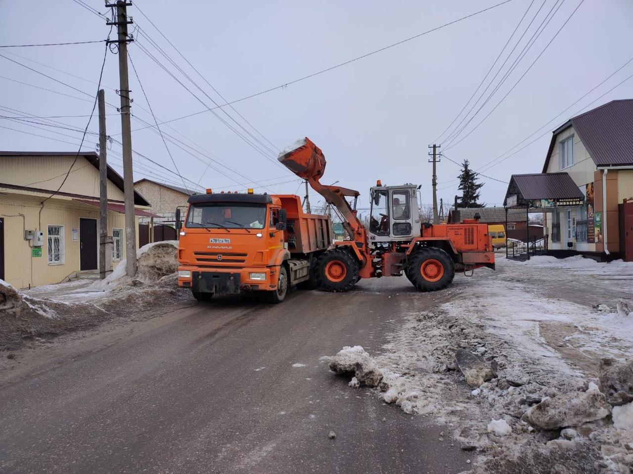 Городская коммунальная служба продолжает уборку снега на территории Петровска