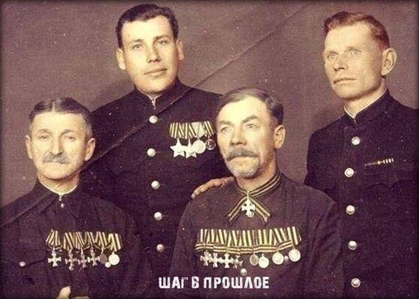 Солдаты Русской императорской армии с сыновьями, солдатами Советской армии (1948 г.)При любой власти они, прежде всего, защищали