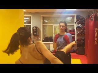 Видео от Женские тренировки по тайскому боксу