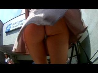 Upskirt молоденькая попочка под юбкой