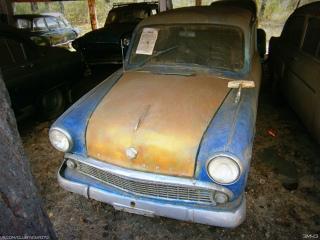 Небольшая коллекция ретро автомобилей в районе Молоковки