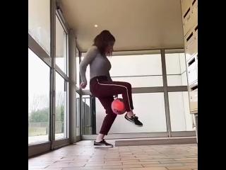 Девушка круто владеет мячом