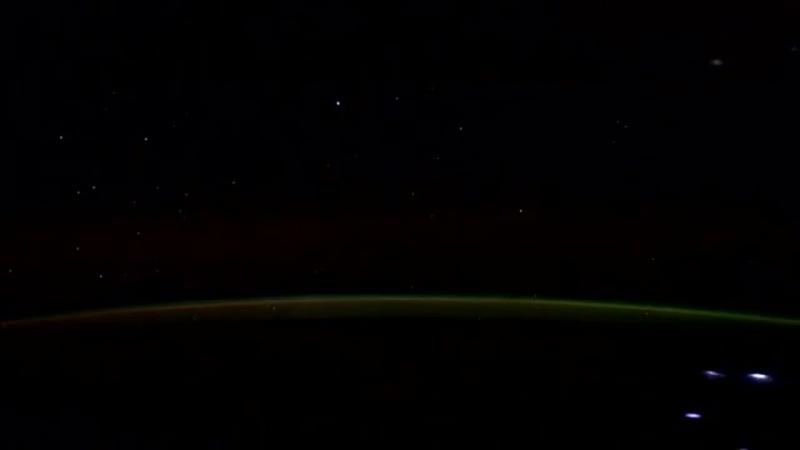 Комета Лавджоя видимая с борта МКС