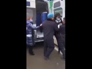 В Ухане мужик с подозрением на коронавирус попытался убежать из машины скорой, но его насильно затолкали обратно.