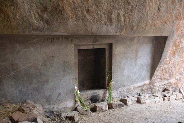 Вырезанный в скале дверной проем