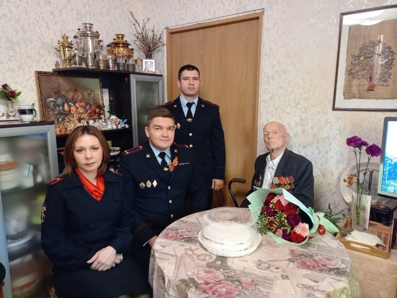 Стражи порядка г. Печоры поздравили ветерана ВОВ И ОВД с наступающим праздником