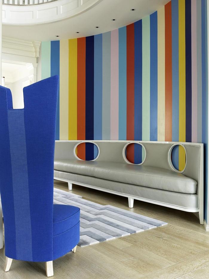 разноцветные вертикальные полосы на стене