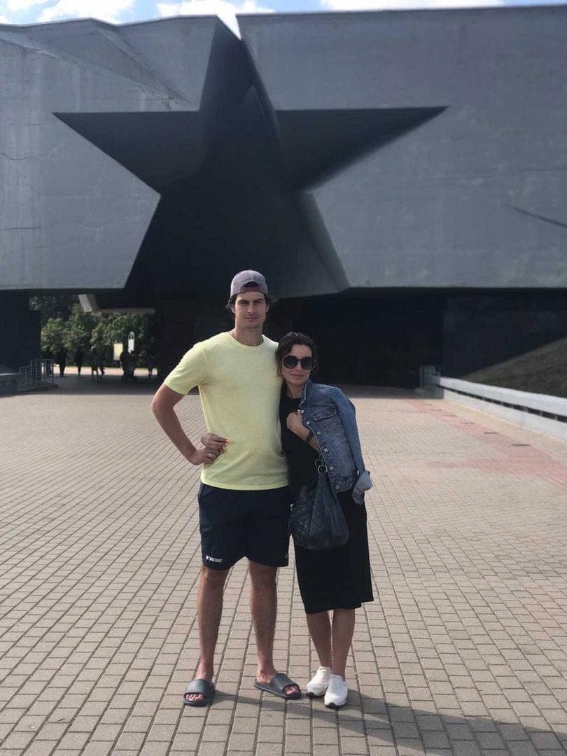 Илья Балаболкин с мамой на фоне входа в мемориальный комплекс «Брестская крепость».