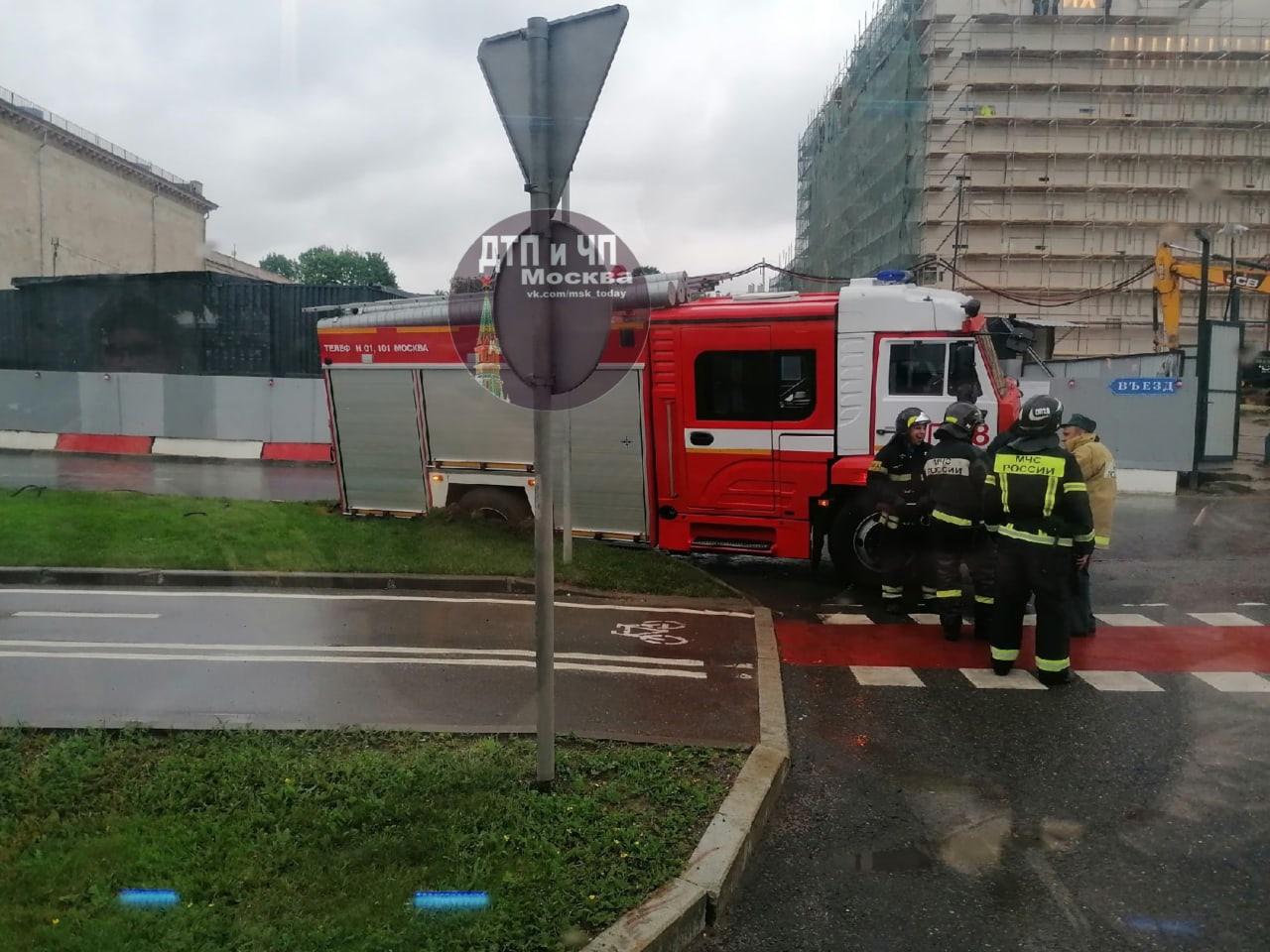 У въезда в «Мосфильм» пожарные немного переоценили свои возможности)