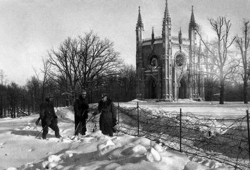 Немецкие солдаты и офицер у Готической капеллы. Зима 1942г. Личный архив У.Дейлы