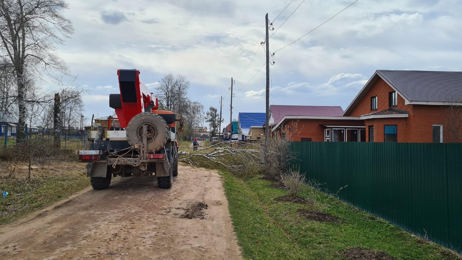 По ул. Союзной упало дерево и повредило