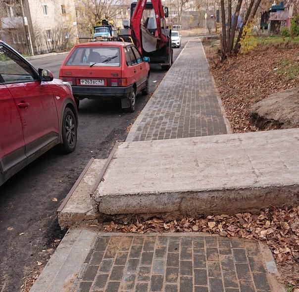 Идешь с коляской по новому тротуару и вот тебе! Са...