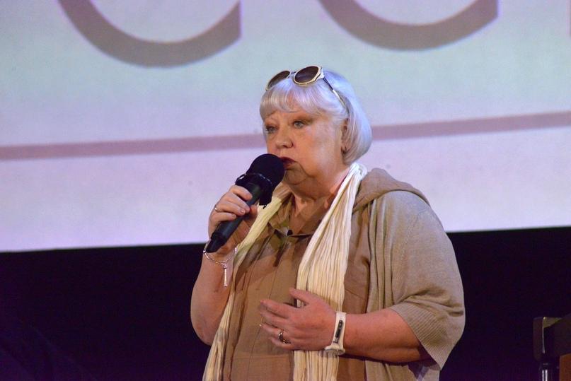 Светлана Крючкова исполняет для юбиляра песню «Мы выбираем, нас выбирают»