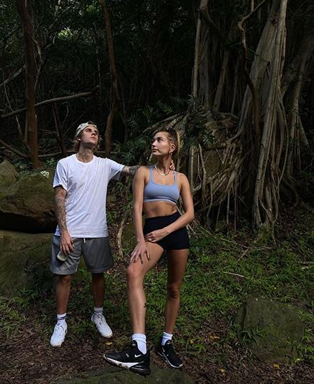 Джастин и Хейли Бибер отдыхают на Гавайях В отпуск на днях отправились 26-летний Джастин Бибер и его 24-летняя супруга Хейли. Полететь пара решила в тропики, и сейчас Джастин и Хейли