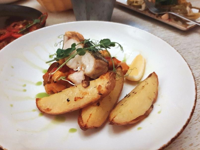 «Ужин рыбака»: щука по-новгородски с обжаренным картофелем и соусом тар-тар
