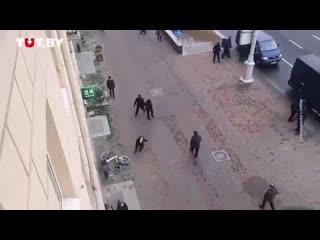 Девушка в Минске убежала от ОМОНовцев [NR]