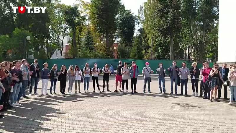Студенты стали в круг и поют 'Звезда по имени Солнце' во внутреннем дворике главного корпуса БГУ