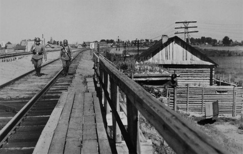 Немецкая охрана моста на оккупированной территории СССР. Источник — waralbum.ru